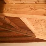 dettaglio-ecosabbiatura-travatura-legno-già-verniciate