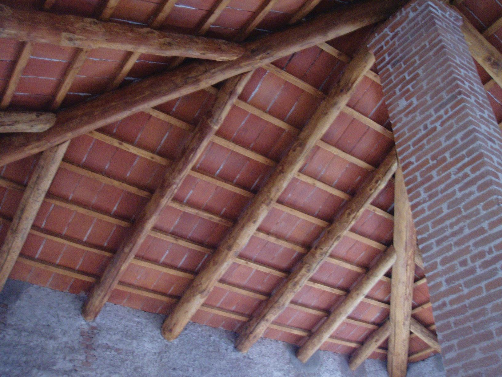 Soffitto con travi e tavelle - Illuminazione sottotetto legno ...